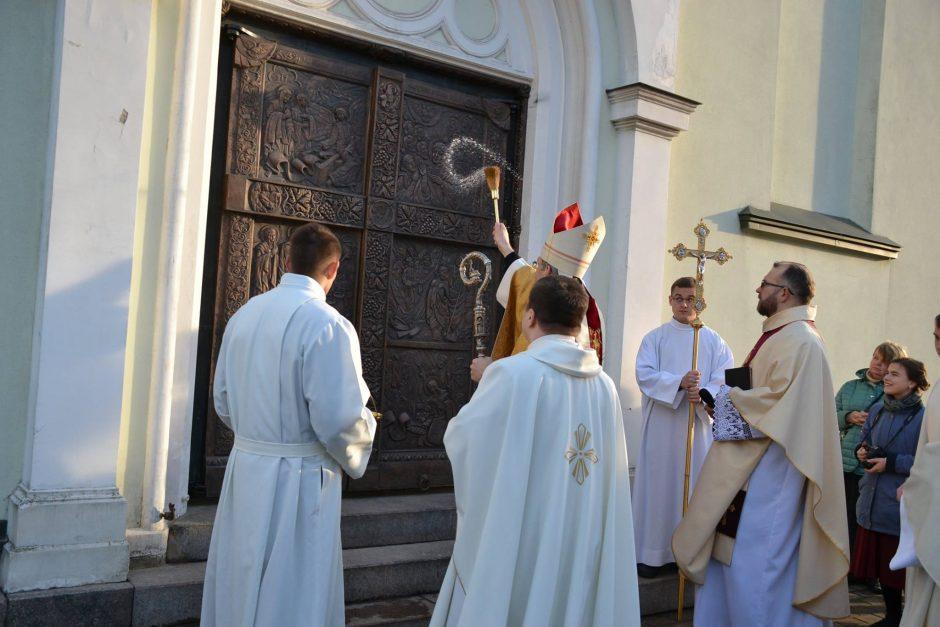 Bažnyčioje – išskirtinio grožio vartai