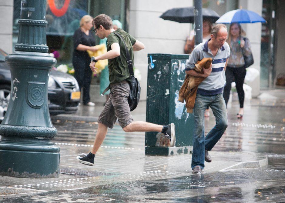 Lietus sostinės šiandien neaplenks