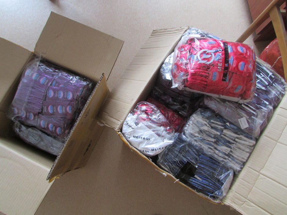 Pašto siuntoje aptikti 26 kilogramai prezervatyvų klastočių