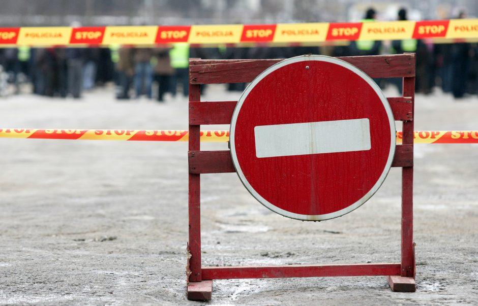 Įgriuva vienoje Kauno gatvėje įkalino automobilį