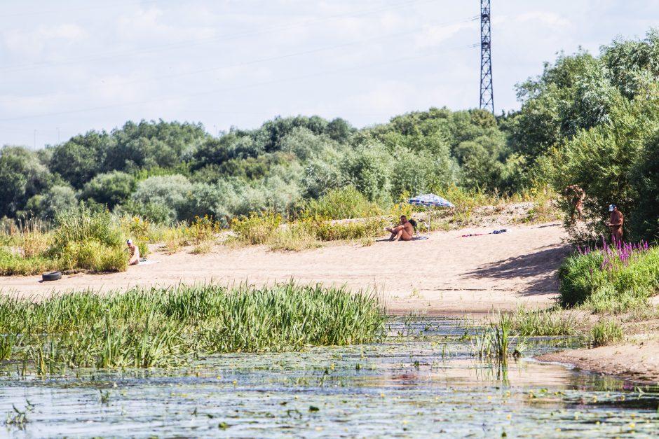 Į nudistų paplūdimį kauniečiai traukia ir su vaikais