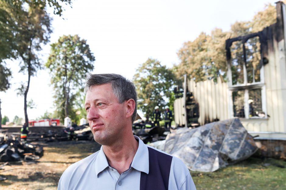 Sudegusios bažnyčios klebonas netiki, kad gaisras kilo dėl piktavalių žmonių