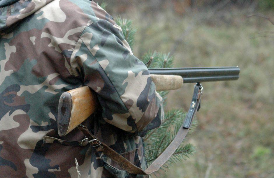Su šautuvu pamiškėje vaikštinėjęs vyras tikino išėjęs grybauti