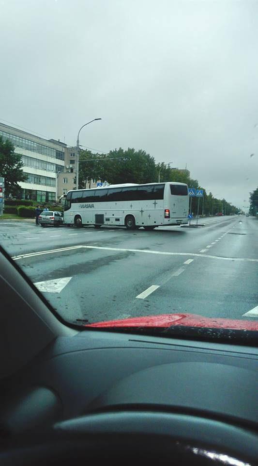"""Savanorių prospekte """"Toyota"""" susidūrė su autobusu"""