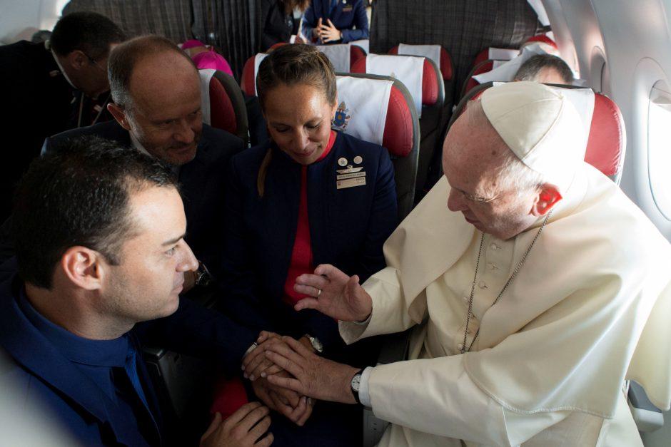 Popiežius savo lėktuve sutuokė oro linijų darbuotojų porą