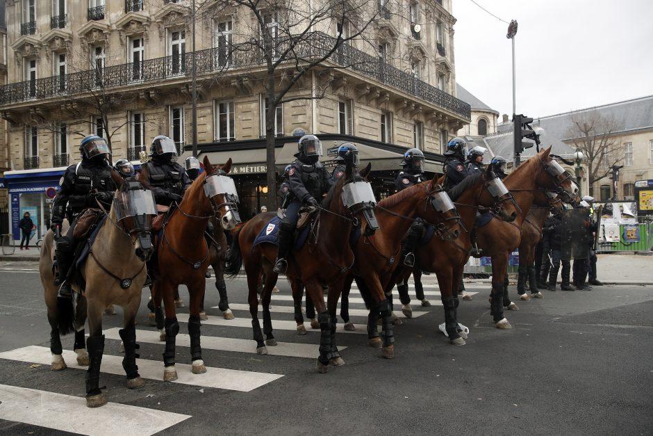 """""""Geltonųjų liemenių"""" protestai Paryžiuje"""