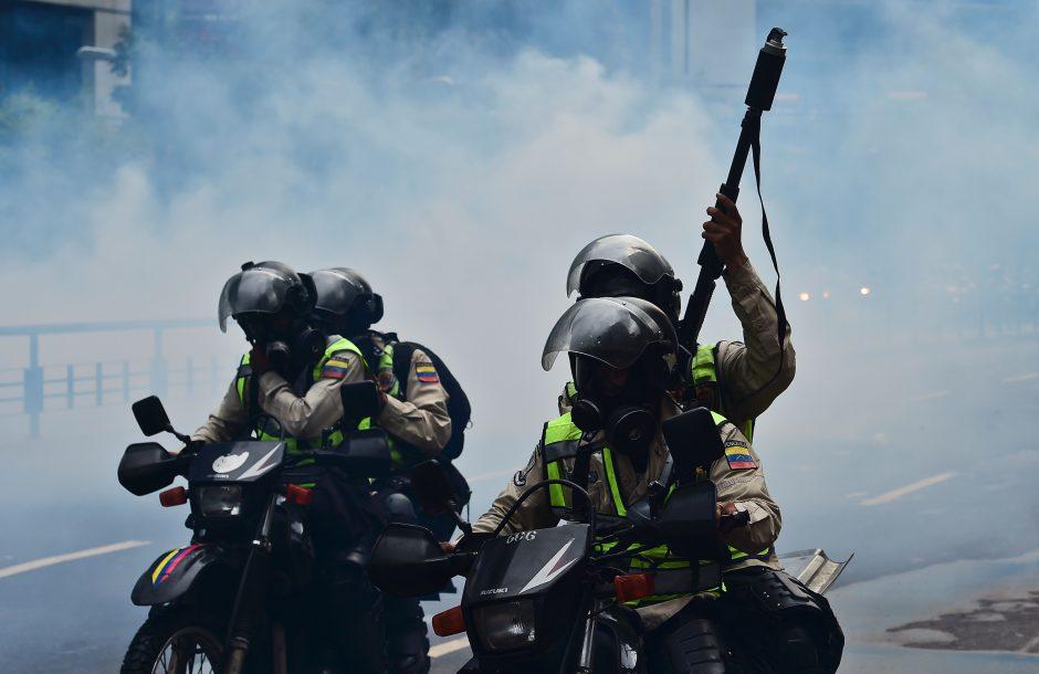 Venesuelos policija ašarinėmis dujomis vaikė prezidento N. Maduro priešininkus