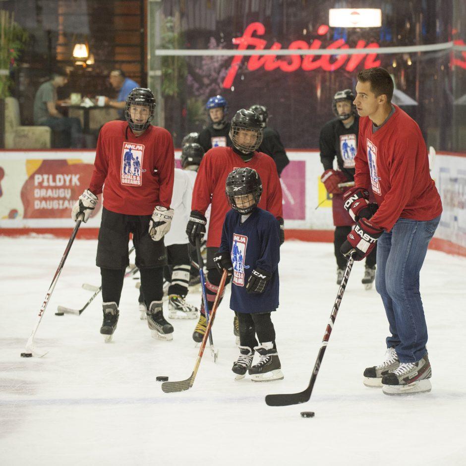 D. Zubrus surengė parodomąją treniruotę jauniesiems sostinės ledo ritulininkams