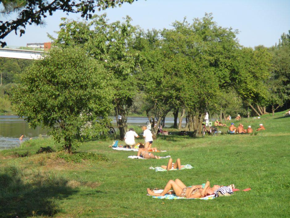 Nesibaigiančia vasara besidžiaugiantys kauniečiai užplūdo Panemunės paplūdimį