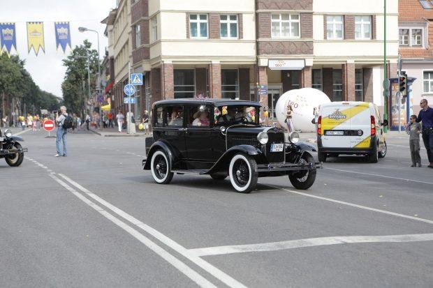 Senųjų automobilių paradas traukė minias