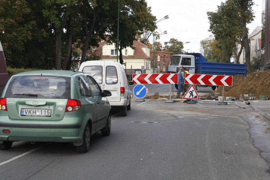 Liepų gatvėje išrausta duobė trikdė eismą