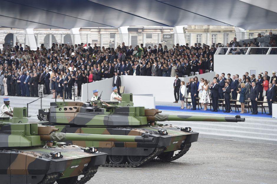D. Trumpas sako su E. Macronu kalbėjęs apie prekybą ir kariuomenę