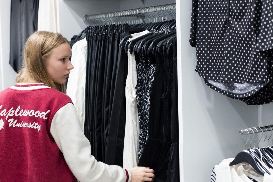 """Duris atvėrusią """"H&M"""" parduotuvę užgulė pirkėjų minios"""