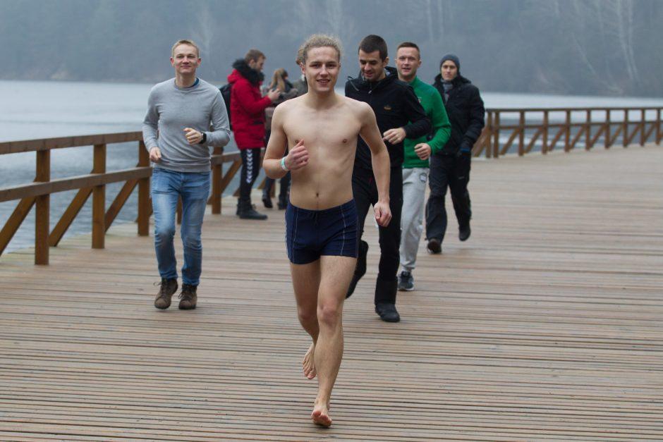 Sostinės sveikuoliai maudėsi Žaliuosiuose ežeruose