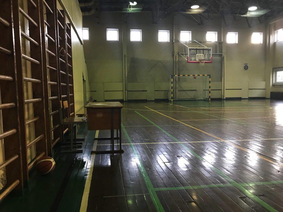 Ignoravo pavojų gimnazijos sporto salėje: vaikas patyrė rimtą traumą