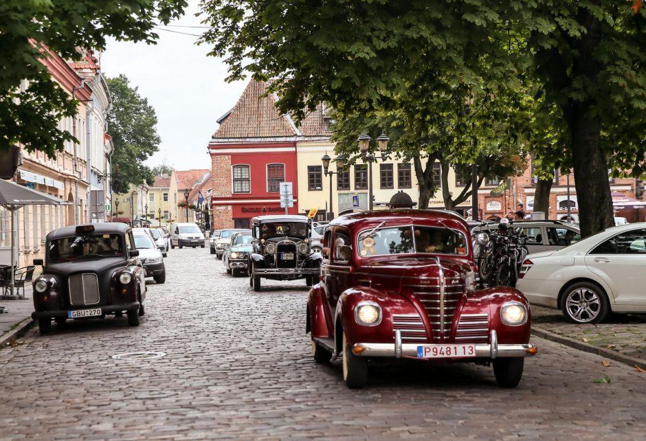 Po Kauną riedėjo senoviniai automobiliai