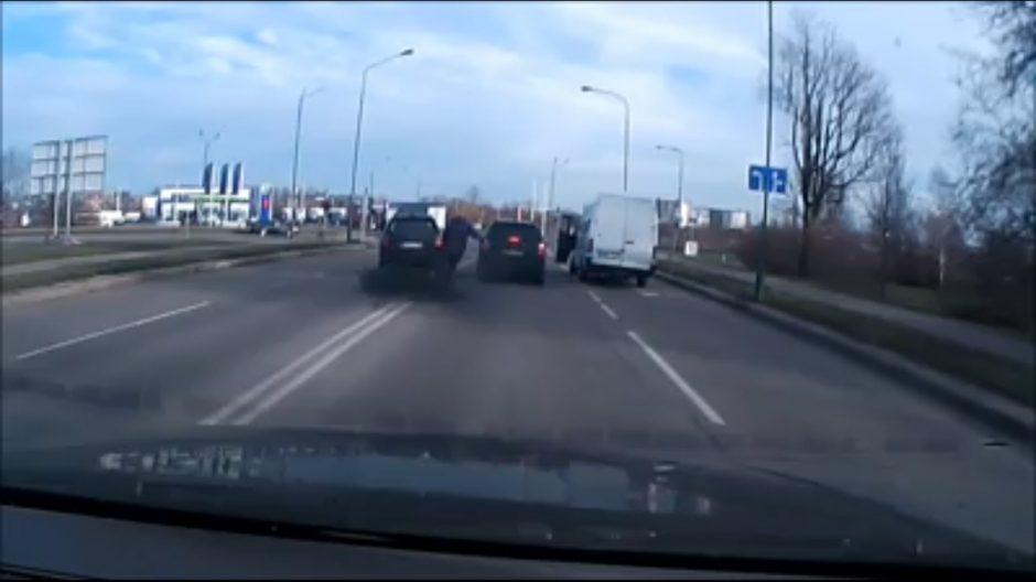 Chuliganiškai vairavę ir pavojų kitiems eismo dalyviams kėlę vairuotojai – nubausti