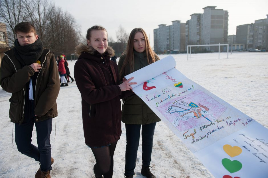 Gimnazistai sveikina Lietuvą su gimtadieniu!