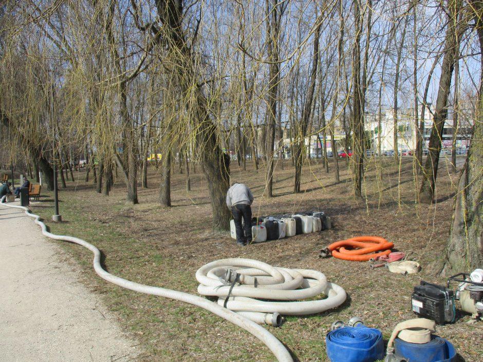 Su amfibijomis pradėtas valyti Kalniečių parko tvenkinys
