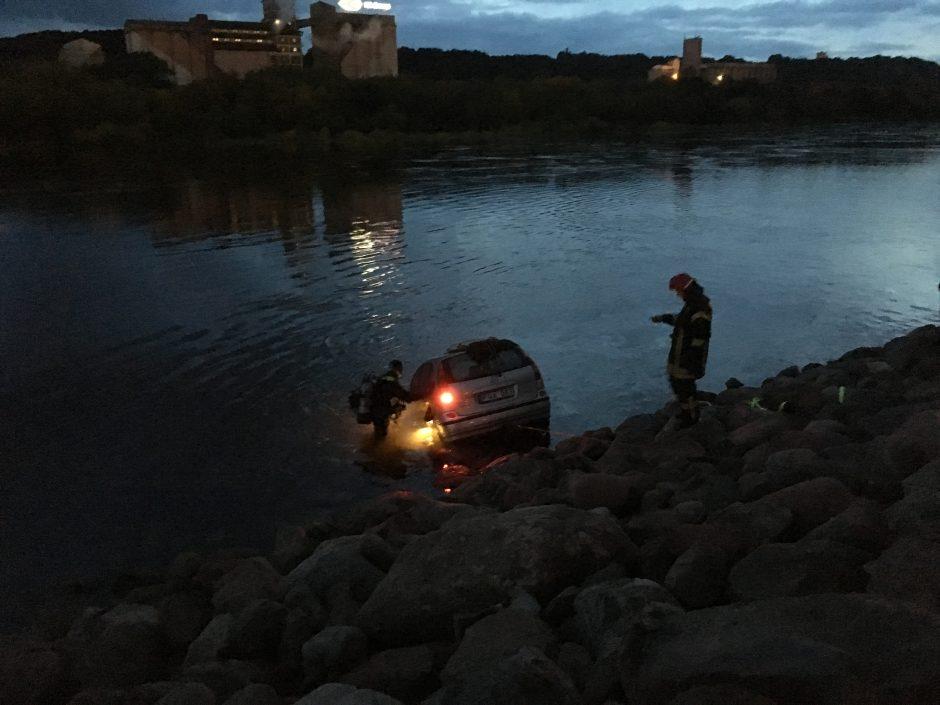 Kauno centre į Nemuną įkrito automobilis