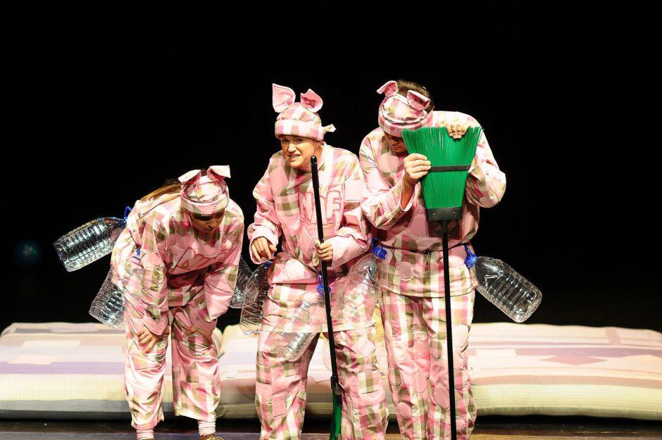 """Klaipėdiečių teatre """"Be durų"""" – kitokia istorija apie tris paršelius"""