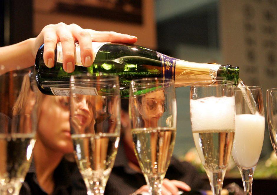 Pietaujantį Vokietijos prezidentą Nidoje apliejo šampanu