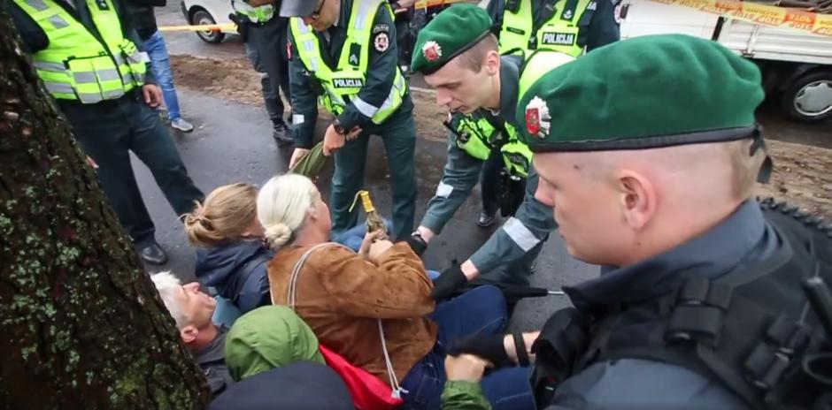 Prieš medžių kirtimą protestuojančius kauniečius sulaikė policija