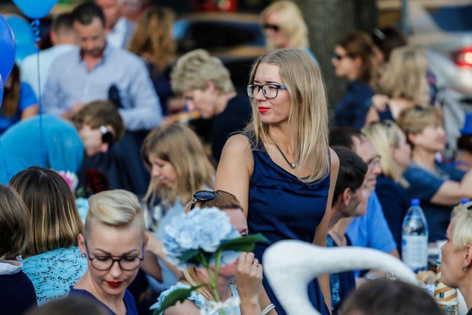 Bendrai vakarienei susirinko beveik tūkstantis mėlynai pasipuošusių miestiečių