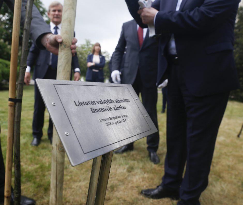 Seimo pirmininkai pasodino ąžuolą