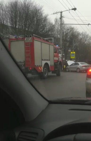 Kovo 11-osios gatvėje eismą sutrikdė dviejų mašinų avarija