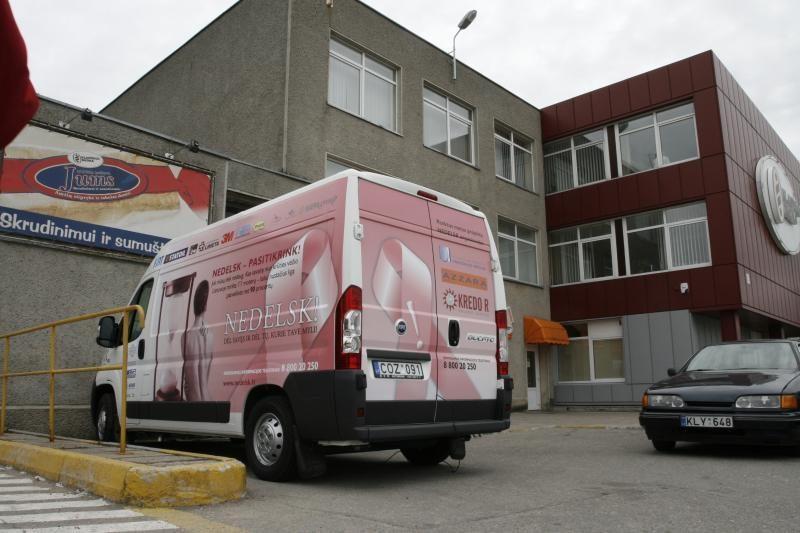 """Rožinis """"Nedelsk"""" autobusėlis atvyksta į Neringą"""