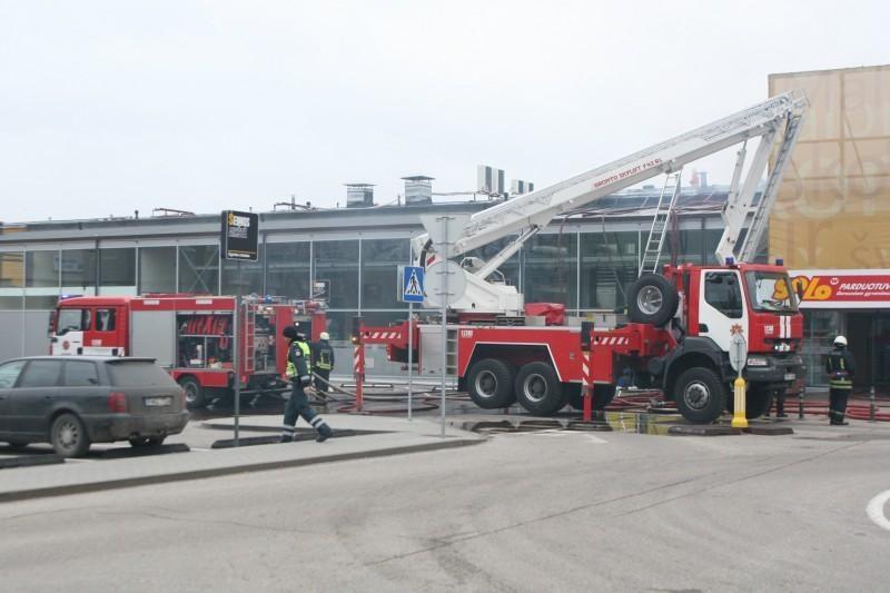 Vilniuje užsiliepsnojo prekybos centro stogas (atnaujinta)