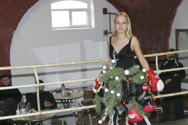 Modelio kūną dengė suknelė iš bokso pirštinių