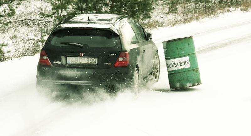 Tyrimas: žieminės kepurės trukdo vairuoti