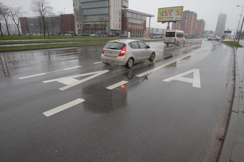 Rytų Lietuvos keliuose plikledis, kitur keliai šlapi