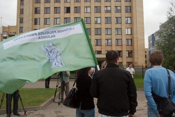 Prie Policijos departamento – Kalvarijos kriminalistus remiančių kolegų protestas