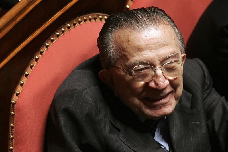 Mirė buvęs Italijos premjeras G. Andreotti