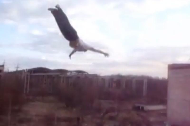 """Rusiškas """"parkūras"""": šuoliai nuo namo stogo"""