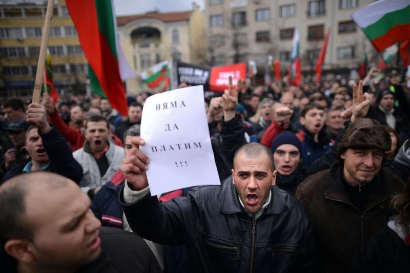 Bulgarijoje protestuotojai dėl elektros sąskaitų susirėmė su policija