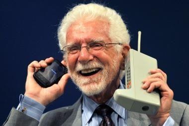 M. Cooperis: šiandieniniai mobilieji telefonai per sudėtingi