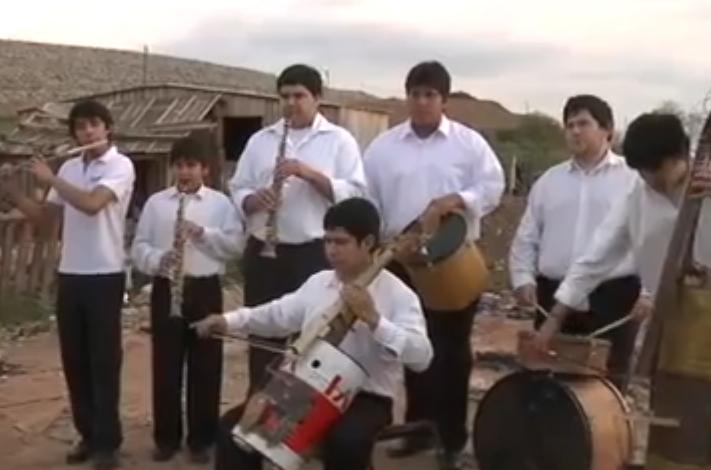 Paragvajaus jaunimo orkestras groja instrumentais iš šiukšlių
