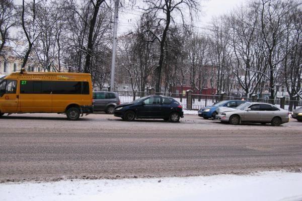 Dėl sniego ir slidžių kelių labiausiai nukentėjo Vilniaus ir Kauno vairuotojai