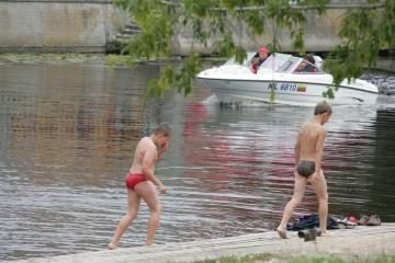Nepatariama maudytis Danės upėje ir Giruliuose