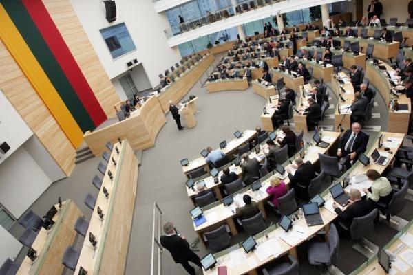 Siūloma įtvirtinti procedūrą, kaip panaikinti kito darbo neatsisakiusio parlamentaro mandatą