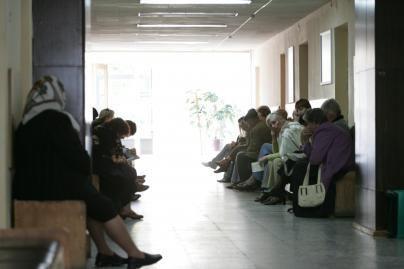 Milijonai ir žmonės laukia eilėse