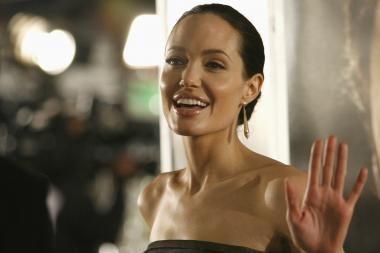 A.Jolie paaukojo 100 tūkst. dolerių nuo potvynių nukentėjusiems Pakistano gyventojams