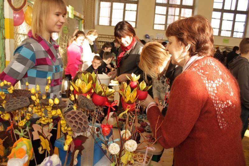 Per Kaziuko šventę Kovo 11-osios mokykloje stalai lūžo nuo rankdarbių