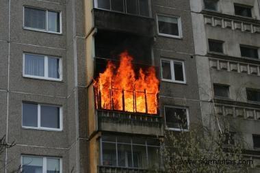 Iš degančio buto Panevėžyje išgelbėta mergaitė, jos motina iššoko iš 5 aukšto