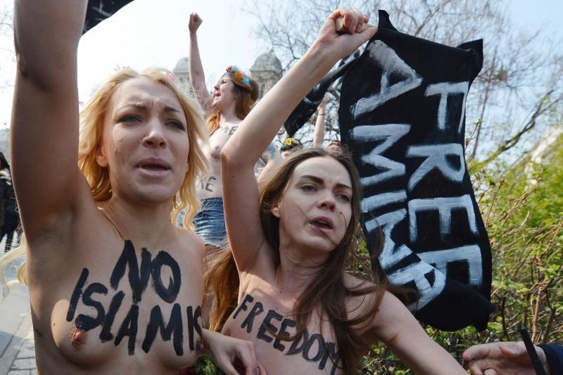 """""""Femen"""" aktyvistės protestavo prieš islamistus Europos miestuose"""