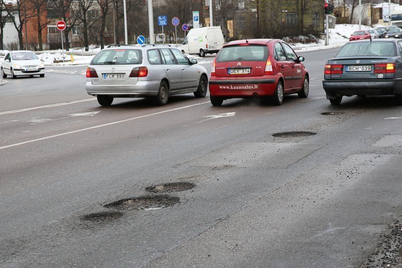 Spąstai automobiliams: pavasaris gatvėse vėl atveria duobes